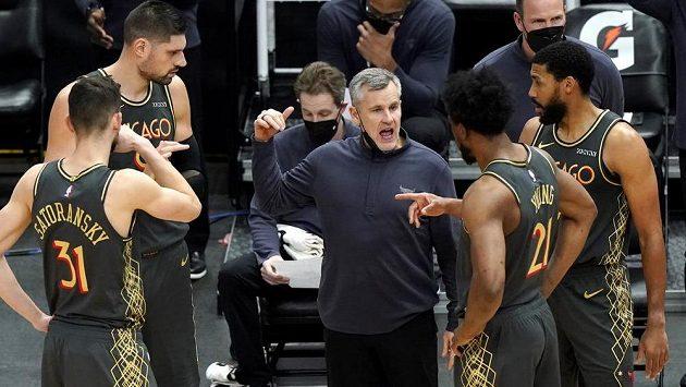 Trenér Chicaga Billy Donovan dává pokyny svému týmu během zápasu proti Milwaukee.