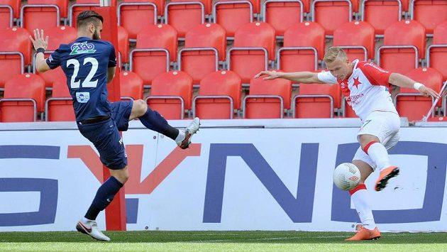 Antonín Barák ze Slavie (vpravo) střílí gól. Vlevo Tomáš Souček ze Slovácka.