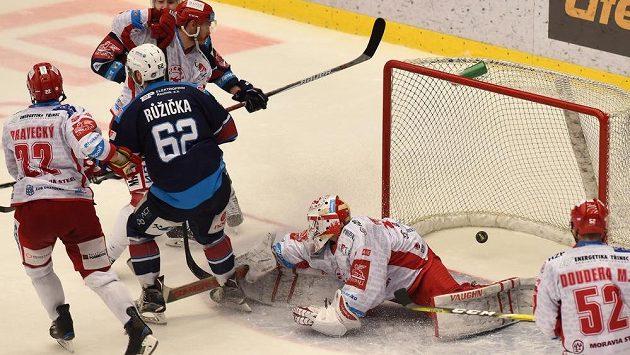 Vladimír Růžička právě překonal brankáře Šimona Hrubce v prodloužení a zajistil tak druhé vítězství Chomutova.