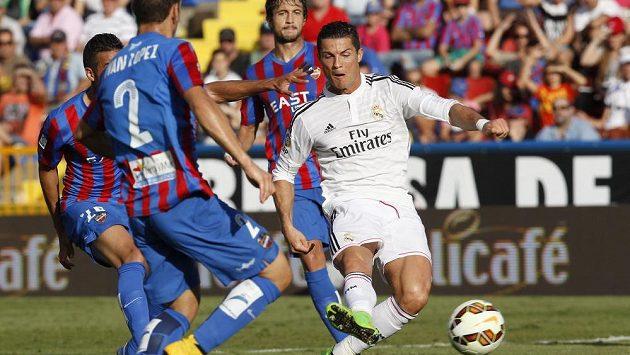 Cristiano Ronaldo kličkuje mezi obranou Levante