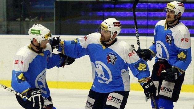 Plzeňský útočník Ondřej Kratěna (uprostřed) oslavuje se spoluhráči gól proti pražské Slavii ve třetím semifinálovém utkání play off extraligy.