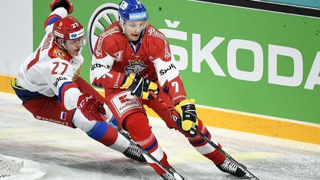 Na Jakuba Galvase (vpravo) dotírá Rodion Amirov z ruského týmu. Ilustrační foto.