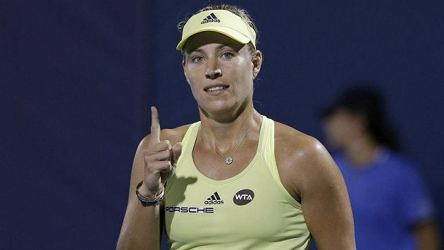 Německá tenistka Angelique Kerberová se raduje ze semifinálového vítězství na turnaji ve Stanfordu nad Ukrajinkou Svitolinovou.