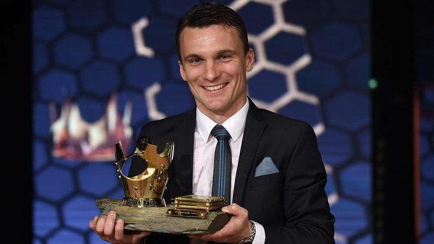 David Lafata s trofejí poté, co byl vyhlášen vítězem jubilejního 50. ročníku ankety Fotbalista roku.