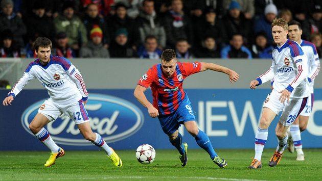 Stanislav Tecl z Plzně (uprostřed), Georgij Ščennikov (vlevo) a Rasmus Elm z CSKA v utkání Ligy mistrů - ilustrační foto.