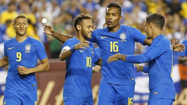 Brazilec Neymar (10) oslavuje se spoluhráči gól proti Salvadoru. Ilustrační snímek.
