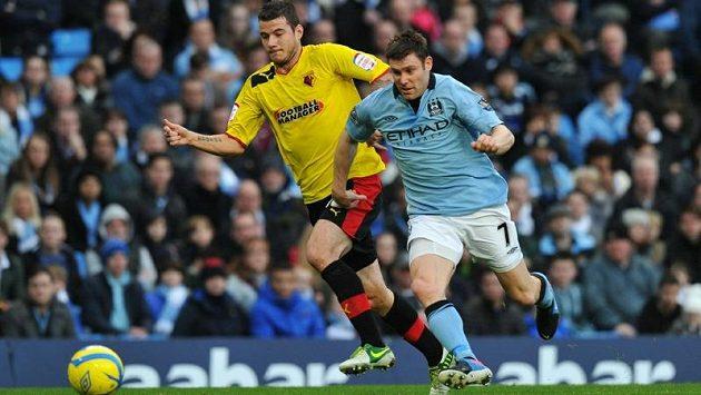 Daniel Pudil (vlevo) v dresu Watfordu v souboji se záložníkem Jamesem Milnerem z Manchesteru City