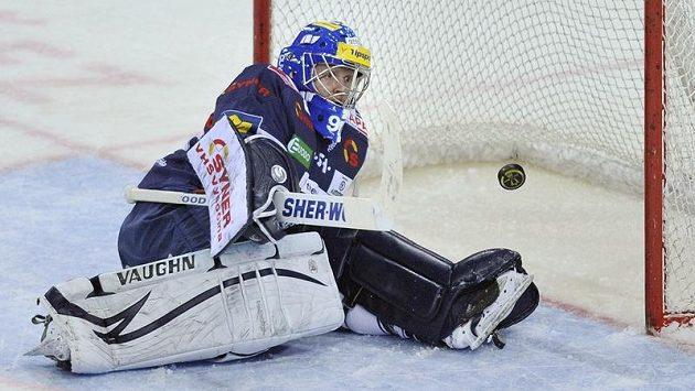 Liberecký gólman Marek Pinc likviduje nepříjemný puk ve třetím semifinále proti Pardubicím.