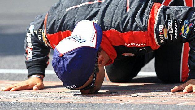 Juan Pablo Montoya líbá dráhu v Indianapolisu po triumfu ve slavném závodu.