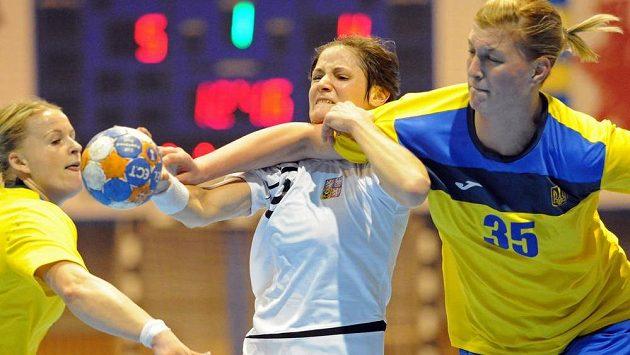 Kristýna Salčáková (uprostřed) a Iryna Stelmachová z Ukrajiny (vpravo) v kvalifikačním duelu o postup na ME.