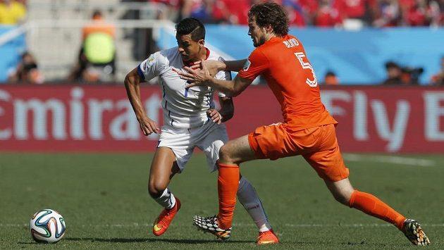 Chilský útočník Alexis Sánchez (vlevo) bojuje v utkání s Nizozemskem s Daleym Blindem.