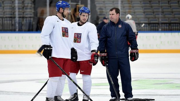 Obránce Jan Hejda (vlevo), útočník Vladimír Sobotka (uprostřed) a asistent trenéra české reprezentace Jaroslav Špaček během tréninku v O2 areně.