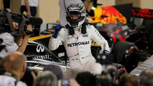 Fin Valtteri Bottas se raduje z vítězství v kvalifikaci na GP Bahrajnu vozů formule 1.