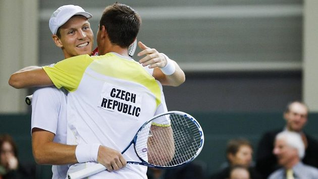 Čeští tenisté Tomáš Berdych (vlevo) a Lukáš Rosol se radují z vítězství ve čtyřhře nad švýcarským párem Stanislas Wawrinka, Marco Chiudinelli.