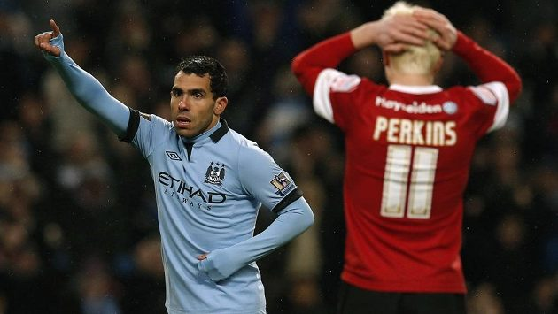 Útočník Manchesteru City Carlos Tévez slaví gól v utkání FA Cupu proti Barnsley.