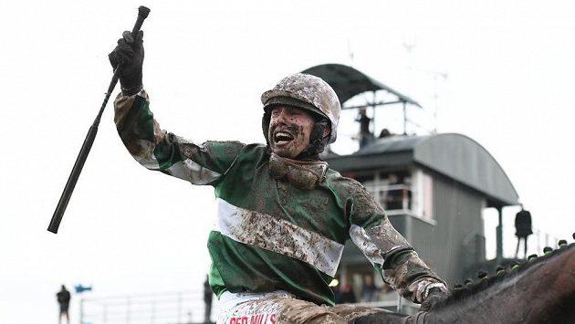 Loni žokej Jan Kratochvíl na koni No Time To Lose slavil vítězství ve Velké pardubické, letos na startu nebude.