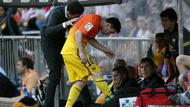 Zraněný barcelonský záložník Lionel Messi (uprostřed) odešel na hřišti Atlétika Madrid kvůli zranění předčasně ze hřiště.