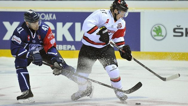 Martin Škoula (vlevo) Liberce a Marcel Ohmann z Kolína nad Rýnem v utkání skupiny A hokejové Ligy mistrů.