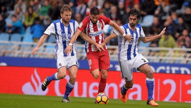 Asier Illarramendi (vlevo) a Carlos Martinez (vpravo) z Realu Sociedad a Yannick Ferreira-Carrasco z Atlétika Madrid.