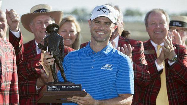Wesley Bryan pózuje s trofejí pro vítěze turnaje.