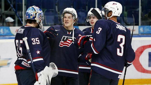 Hokejisté USA do dvaceti let se radují z vítězství nad Slovenskem. Zleva brankář John Gibson, obránci Jake McCabe, Mike Reilly, Seth Jones.