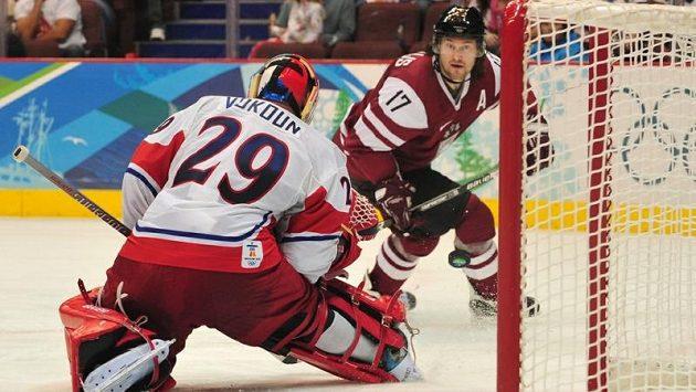Lotyšský útočník Aleksandrs Niživijs, čerstvá posila Lva Praha, na olympijském turnaji 2010 ve Vancouveru v utkání proti českému týmu.
