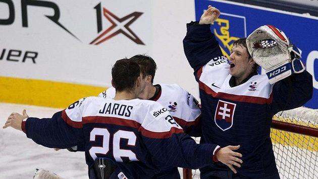 Brankář Denis Godla a jeho spoluhráč Christián Jaroš (26) oslavují vítězství nad Švédy.