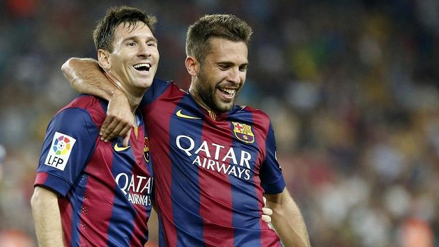 Barcelonský útočník Lionel Messi (vlevo) s Jordim Albou slaví gól.