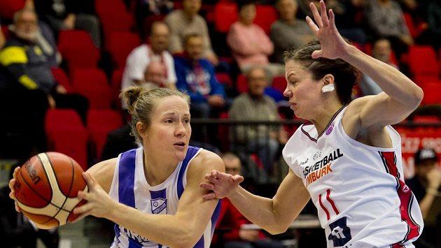 Basketbalistka Ordusporu Elin Eldebrinková (vlevo) a Veronika Bortelová z Nymburka.