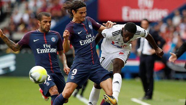 Hráči Paris Saint-Germain Edinson Cavani (uprostřed) a Dani Alves se snaží zblokovat centr Harissona Manzaly z Amiens.
