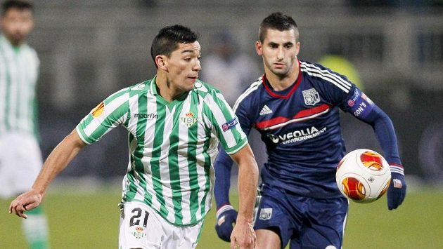 Maxime Gonalons z Lyonu (vpravo) bojuje o míč s Lorenzem Reyesem z Realu Betis.