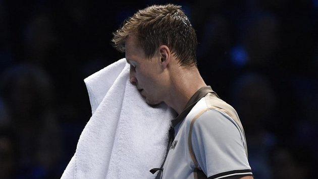 Skleslý Tomáš Berdych během utkání Turnaje mistrů proti Rogeru Federerovi.