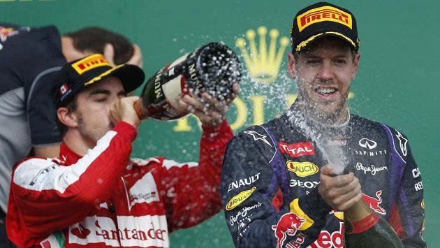 Snímek z Kanady ilustruje celý šampionát: Sebastian Vettel (vpravo) konkurenci ujíždí, Fernando Alonso (v pozadí) mu sekunduje.