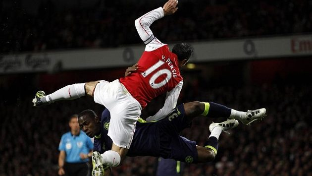 Robin Van Persie z Arsenalu v souboji Maynorem Figuerou.