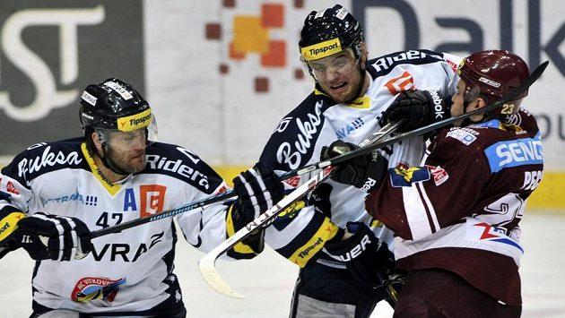 Sparťan Lukáš Pech (vpravo) se snaží přetlačit vítkovickou dvojici Michal Barinka, Martin Dudáš.