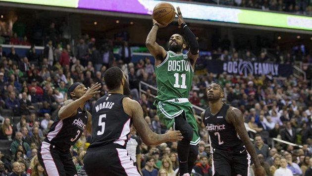 Basketbalista Bostonu Celtics Kyrie Irving (11) v duelu s Washingtonem Wizards.