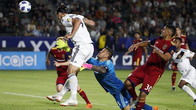 Zlatan Ibrahimovič střílí proti Realu Salt Lake gól v zápase MLS, bude stejně úspěšný i v sázce s Beckhamem?