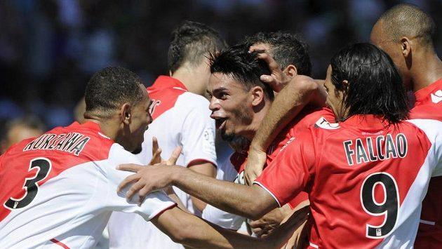 Emmanuel Riviére z Monaka slaví se spoluhráči gól proti Montpellieru. S číslem 9 se raduje i nová posila klubu Radamel Falcao.