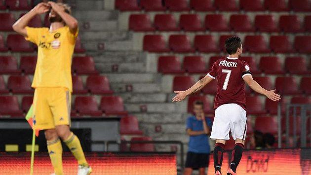 Záložník Sparty Praha Tomáš Přikryl oslavuje druhý gól proti Jihlavě.