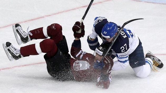 Lotyš Miks Indrašis (vlevo) se ocitl na ledě na zádech po ataku finského útočníka Petriho Kontioly.