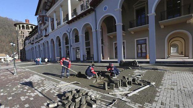 Před jedním z hotelů v Krásné Poljaně ještě dlaždiči dodělávali chodník.