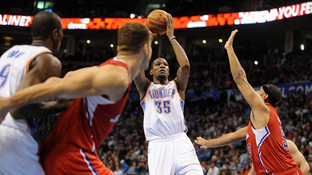 Kevin Durant z Oklahomy střílí v utkání proti Los Angeles Clippers.