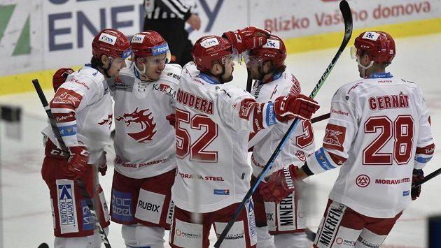 Hokejisté Třince se radují z gólu.