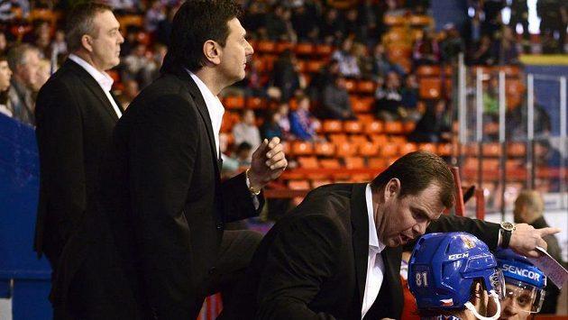 Asistent trenéra Jaroslav Špaček (vpravo)a trenér Vladimír Růžička a druhý asistent trenéra Ondřej Weissmann na střídačce národního týmu.
