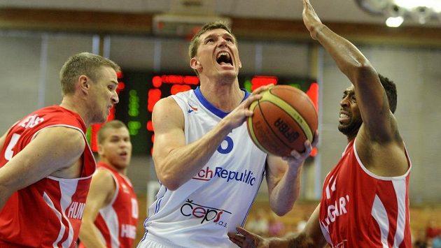 Uprostřed Pavel Pumprla proti dvojici maďarských basketbalistů.
