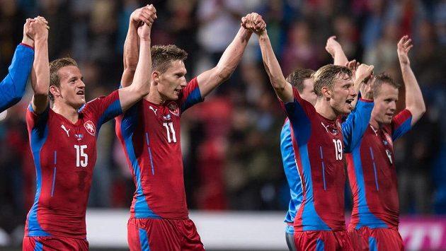 Zleva Jan Kopic, Milan Škoda, Ladislav Krejčí a David Limberský oslavují vítězství 2:1 nad Kazachstánem.
