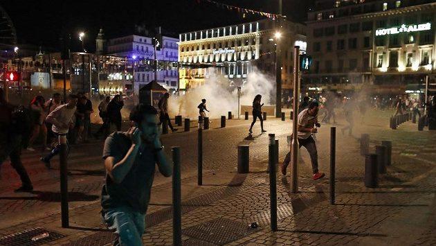 Policie zaháněla výtržníky slzným plynem.