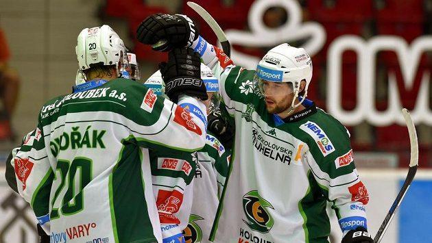 Karlovarští hokejisté se radují z jgólu. Ilustrační foto.