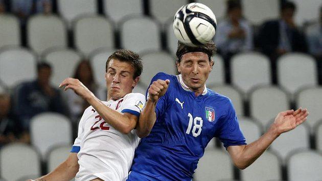 Český reprezentační záložník Vladimír Darida (vlevo) v hlavičkovém souboji s Italem Montolivem.