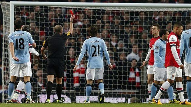 Klíčový moment. Rozhodčí Mike Dean vylučuje Laurenta Koscielného z Arsenalu (čtvrtý zprava).